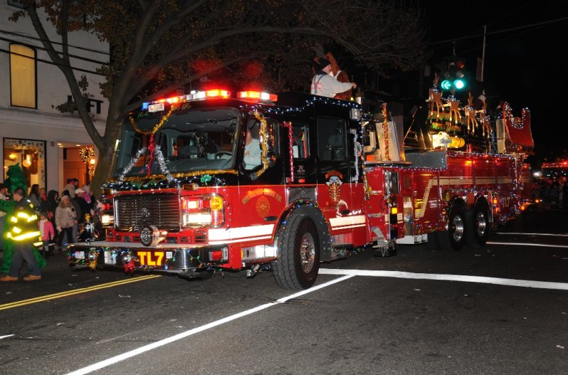 holiday-parade-huntington-manor