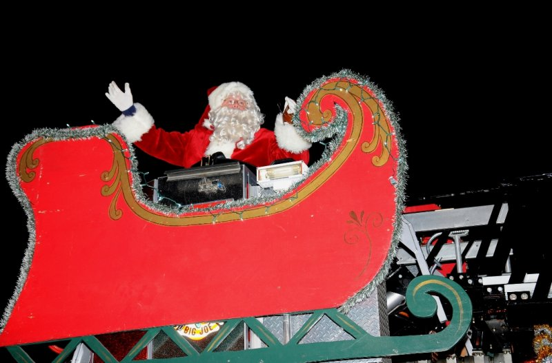 holiday-parade-santa-on-huntington-manor-fire-truck